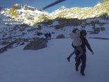 La Guardia Civil efectúa el rescate de uno de los menores en Gredos.