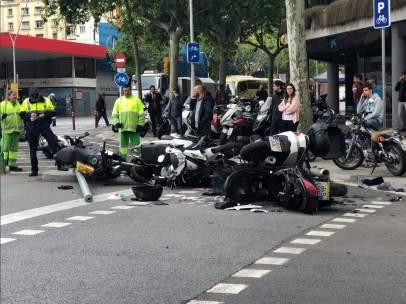 Una furgoneta arrolla 12 motos en la calle Urgell de Barcelona.