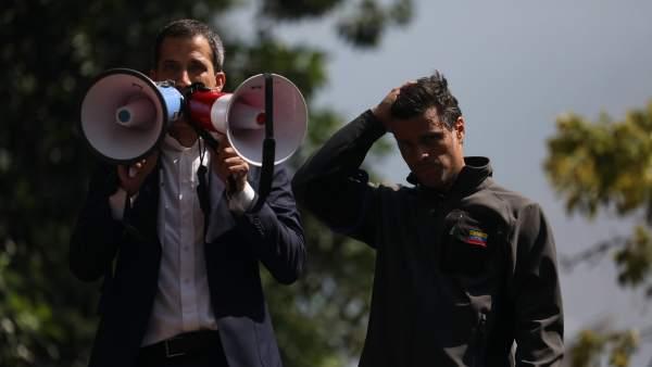 Juan Guaidó (i), y el líder opositor Leopoldo López