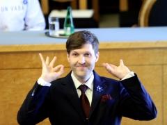 El ministro de Finanzas Estonia, Martin Helme, realiza un gesto racista al jurar el cargo.
