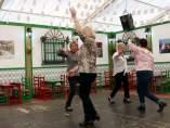 Dos parejas de mujeres bailan sevillanas en una caseta de la Feria de Abril de Catalunya.