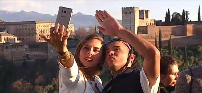 Dos jóvenes haciéndose un selfie