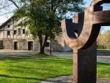 Detalle de Arco de la libertad con el caserío Zabalaga al fondo