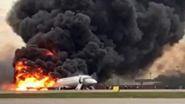 Incendio de un avión al aterizar en Moscú