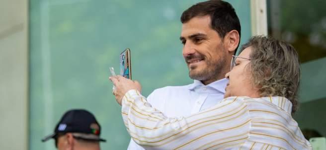 Una mujer pide un selfie a Casillas