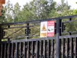 La entrada de la finca en la que un perro de raza pastor alemán ha atacado a un niño de tres años en L'Escala (Girona).