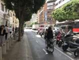 Una dona amb bici per un carril bici en la calle Còlon de València
