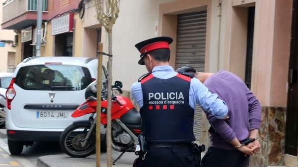 Momento en el que los mossos se llevan detenido a un hombre relacionado con la desaparición de Janet Jumillas, de 39 años, en marzo de 2019.