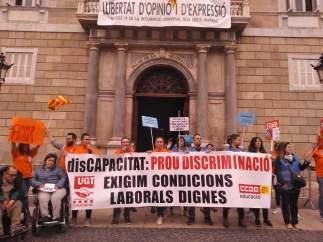 Trabajadores de residencias y centros especiales en la Plaça Sant Jaume.