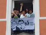 Los Javis colocan una pancarta de Más Madrid