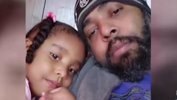 Un hombre quema viva a su hija