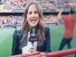 Una reportera se lleva un balonazo en Mestalla