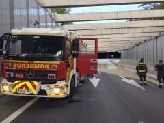 Continúa cortado el acceso a la T4 de Barajas por la M-13 mientras Bomberos trabajan con la extracción de agua del túnel