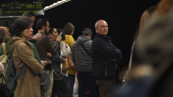 Gente esperando la llegada del metro en el andén de la L5 Diagonal, debido a la huelga de los trabajadores para protestar contra la gestión del amianto por parte de TMB.