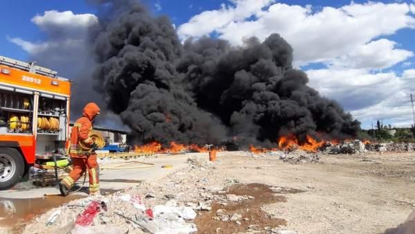 L'incendi en la fàbrica de reciclatge de cartó a la Pobla Llarga, en fase d'estabilització