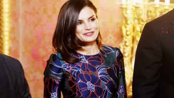 La Reina Letizia planta cara al mal tiempo rescatando un vestido floral