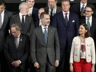 El Rey Felipe VI y el president de la Generalitat, Quim Torra, posan juntos en el Salón del Automóvil.