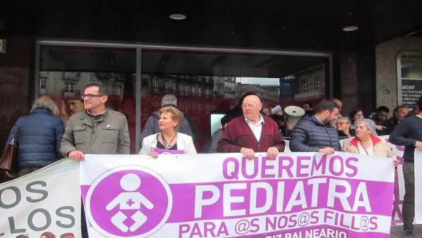 Anpas y vecinos se manifiestan en Vigo para demandar un aumento de la plantilla de pediatras