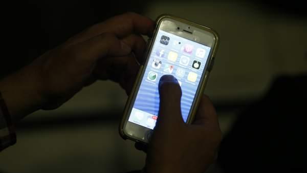 Una persona utilizando su móvil