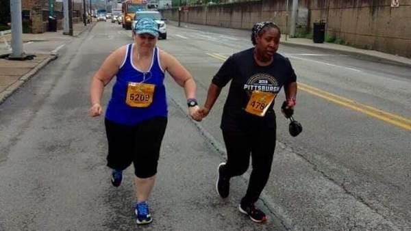 Dos mujeres acaban una maratón cogidas de la mano