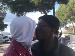 VOX Baleares publica un vídeo de una pareja gay interracial besándose