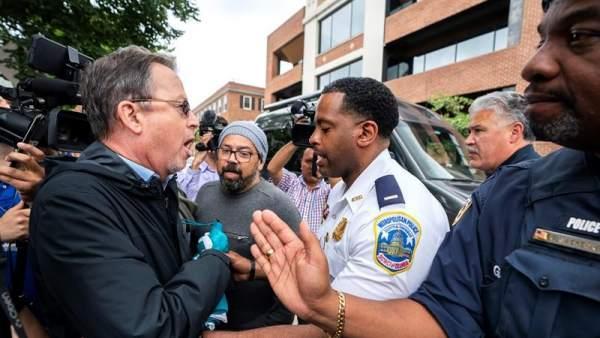 Activistas en la embajada de Venezuela en EE UU