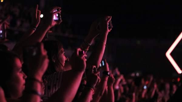 Los fans filman el concierto