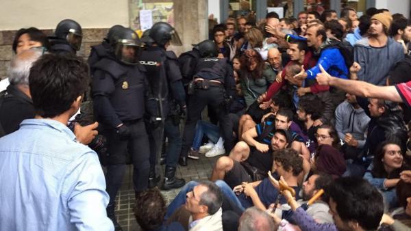 Agentes de la policía nacional en el IES Balmes de Barcelona por el referéndum