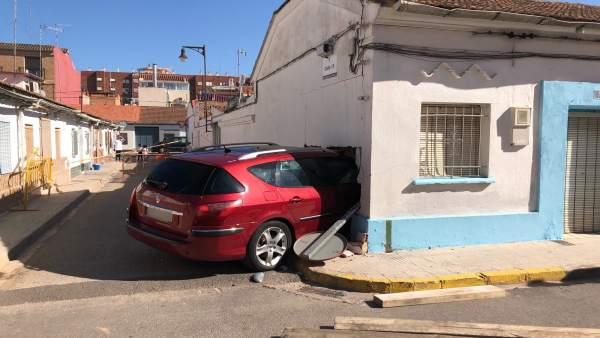 Valencia.- Sucesos.- Un vehículo se empotra en una vivienda abandonada de Xirivella y el conductor sale ileso