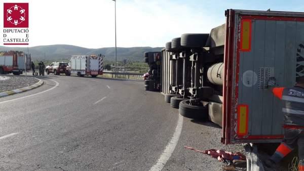 Castellón.- Sucesos.- Varios cerdos mueren tras volcar un camión que los transportaba en Alcalà de Xivert