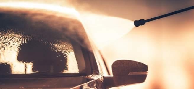Así tienes que limpiar los cristales de tu coche para que queden impecables