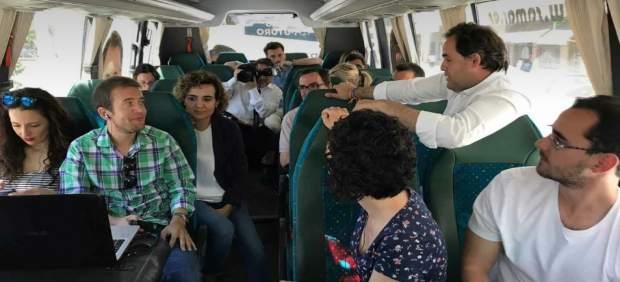26M.- PP C-LM Cambia La 'Paconeta' Y Núñez Y Montserrat Estrenan El Nuevo Autobús Hablando De Fútbol Con Los Periodistas