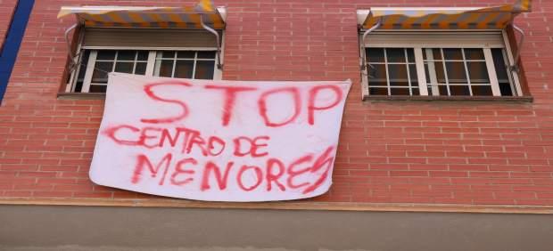 Pancarta de protesta por el centro de menores tutelados en Rubí.