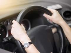 Cinco maneras de coger el volante por las que podrían multarte.