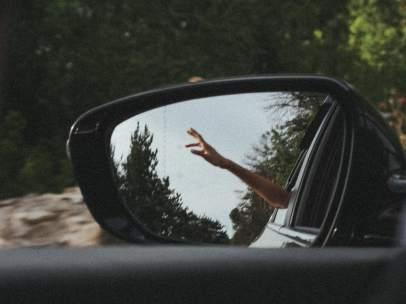 ¿Me pueden multar por conducir con el codo fuera?