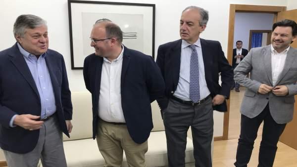 El padre de Leopoldo López asegura que su hijo 'se siente más libre' y respira 'tranquilidad' en la embajada de España