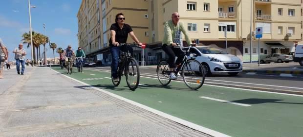 Cádiz.-26M.- 'Kichi' comprueba la 'transformación radical' del paseo marítimo con el nuevo trazado del carril bici
