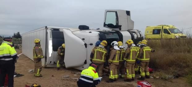 Sucesos.- Muere el conductor de un camión al volcar en la AP-7 en Mont-roig (Tarragona)