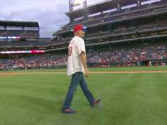 Bruce Willis abucheado en un partido de béisbol