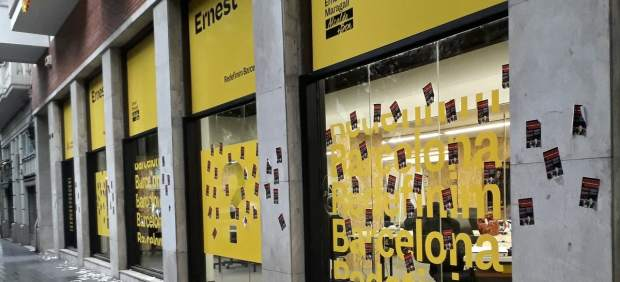 La sede de campanya de ERC llena de pegatinas.