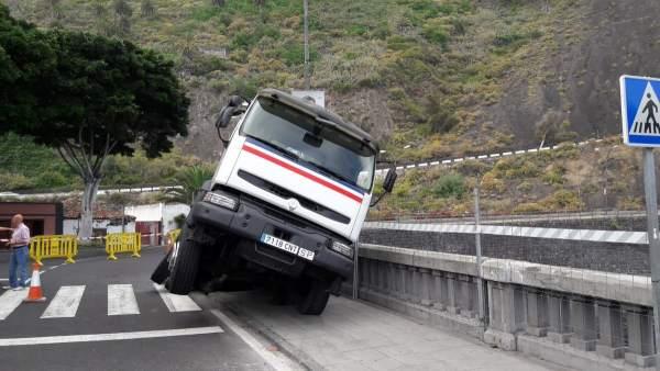 Resultado de imagen de Cortan un carril de la carretera de Garachico por el semivuelco de una hormigonera