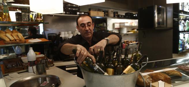 Trabajador, trabajando, camarero, bar, autónomo, consumo