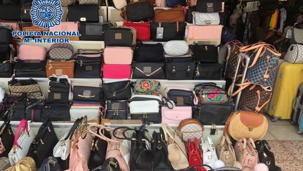 Sucesos.- Detenidas 23 personas en Gran Canaria por la venta de productos falsos valorados en más de un millón de euros