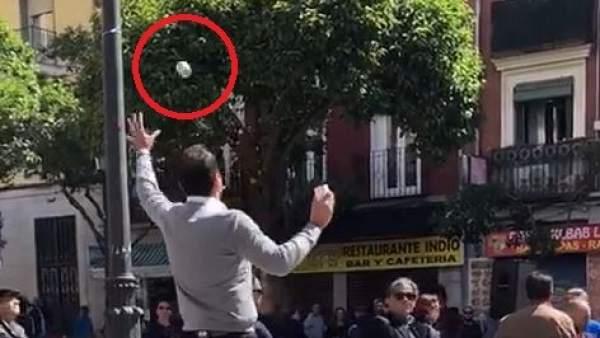 Boicotean con gritos y lanzamiento de objetos un acto de Aguado (Cs) en Lavapiés