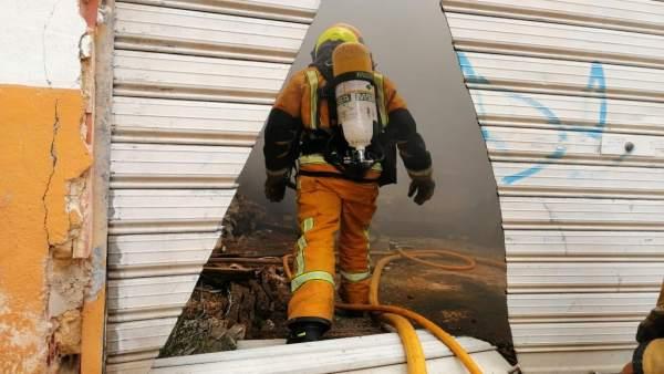 Alicante.- Sucesos.- Un incendio en una fábrica de Dénia obliga a confinar a vecinos en viviendas próximas
