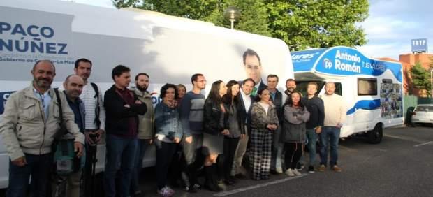 26M.- La 'Paconeta Plus' De Núñez Y La Caravana De Román Se Encuentran Y Ambos Se Fotografían En Ellas Con Periodistas