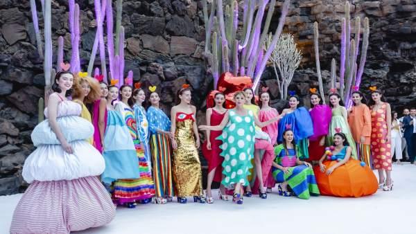 Agatha Ruiz de la Prada presenta en Lanzarote una colección retrospectiva de color, dinamismo e iconos pop
