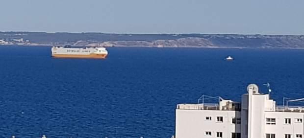 Comienzan las maniobras para remolcar el buque 'Grande Europa' al puerto de Valencia