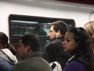 Pasajeros aguardando en el andén de la L5 del metro de Barcelona (Diagonal) la llegada del convoy.