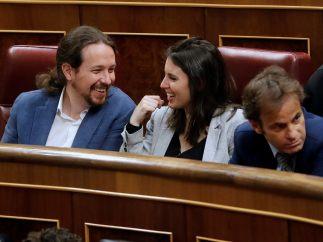 Iglesias y Montero sonríen en sus escaños